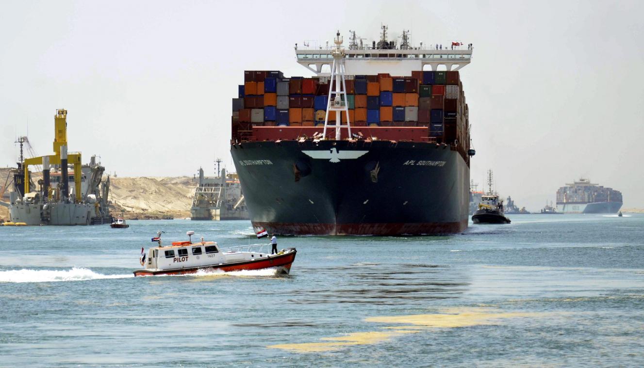 Ägypten, Ismailia: Ein Container-Schiff fährt durch den Suezkanal.