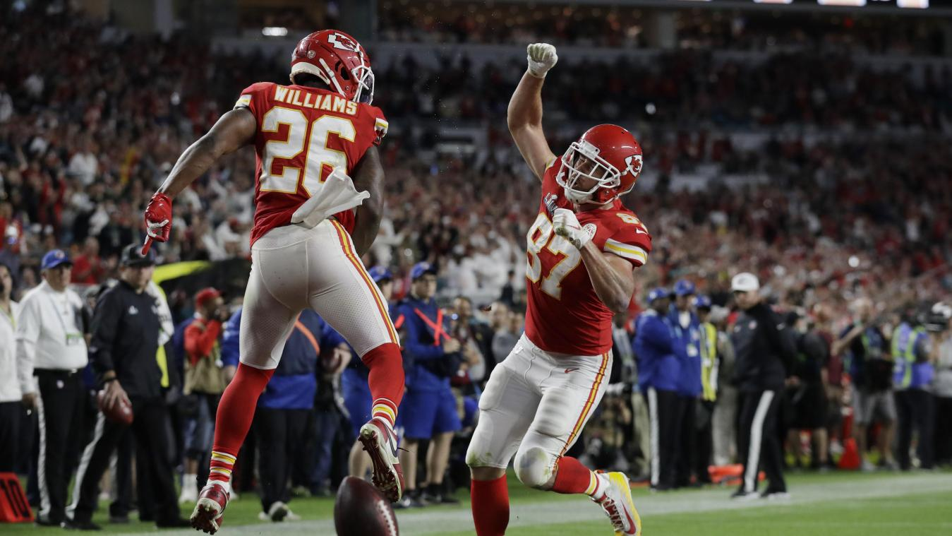<p>Damien Williams (links) von den Kansas City Chiefs jubelt mit Teamkollege Travis Kelce über einen Touchdown.</p>